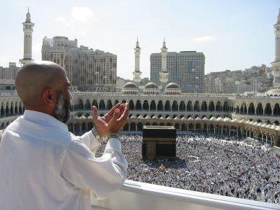 1280px-Supplicating_Pilgrim_at_Masjid_Al_Haram._Mecca,_Saudi_Arabia