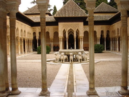 alhambra-palace-courtyard-granada